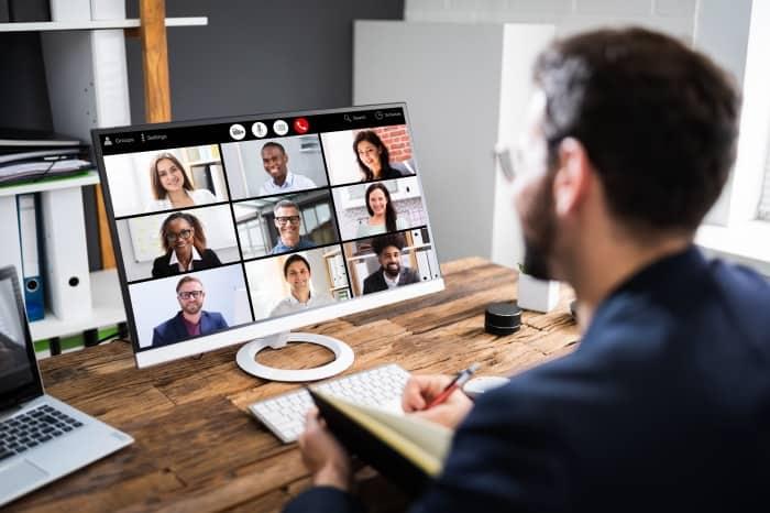 man vor Videokonferenz