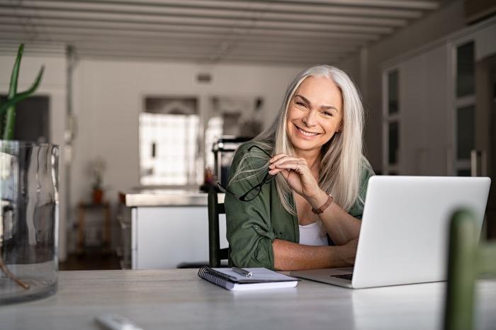 glückliche ältere Frau am Computer